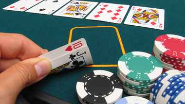 Meja dan chip poker